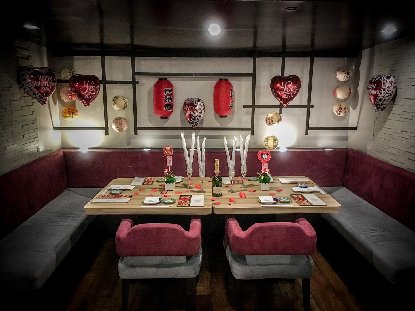 Dating couples, especially family members and close friends, will be glad to share their romantic evening in this intimate seating.